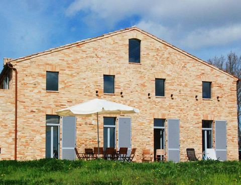 <p>Los arquitectos alemanes Andreas y Christian Kampik se encargaron de la restauración de la casa en 2012 y decidieron conservar la estructura exterior y la fachada original de piedra. Todo un acierto.</p>