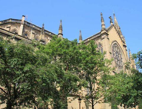 <p>Su torre, con 75 m, la convierte en el templo más grande de Guipúzcoa. De estilo neogótico, la catedral del Buen Pastor se abrió a fines del siglo XIX, con una cruz de Eduardo Chillida.</p>