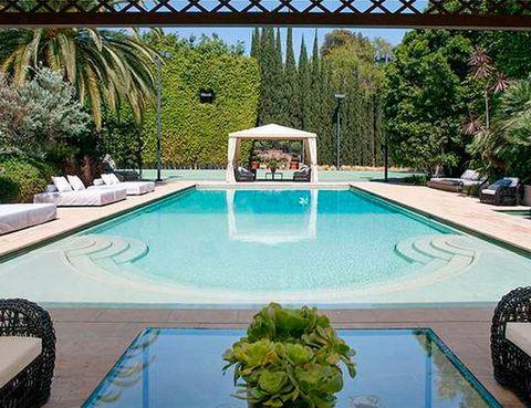 <p>A la cantante le gustaba que la zona de la piscina transmitiese esa sensación. Por eso está equipada con varias <i>day beds</i> y una pérgola al fondo.</p>