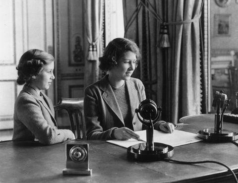 <p>Con 14 años dio su primer discurso en la radio para la BBC durante la Segunda Guerra Mundial.</p>
