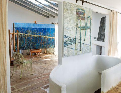 <p>El salón lo preside el cuadro azul La Vida (2011) y el cuadro con silla Tú (2011) ambos de Pepa Poch.</p>