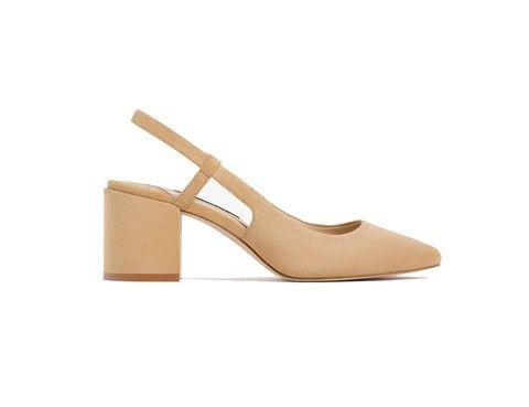 """<p>Una de las versiones, la más barata, que ofrece diferencias, elimina la puntera negra. Es de<a href=""""http://www.zara.com/es/es/mujer/zapatos/ver-todo/zapato-tacC38963n-destalonado-c719531p3609921.html"""" target=""""_blank""""> Zara</a> (29,95 €).</p>"""