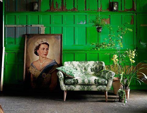 <p>Crea un agradable rincón &quot;vegetal&quot; con plantas arriba y abajo. Coloca suspendido del techo un macetero con especies cuyas hojas cuelguen, como hiedra por ejemplo. En el suelo, pon macetas de barro de distintos tamaños y un fanal con un bonsai o algo similar. ¿La guinda? Combinarlo con un sofá con print verde, de Marks and Spencer. ¡Divino!</p>