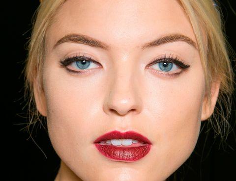 <p>En el caso de que tus ojos estén muy juntos, debes concentrar el trazo de 'eyeliner' en la parte externa del ojo. 'Potencia el delineador en los extremos exteriores de tus ojos para levantar y ampliar la mirada', cuentan los expertos.</p>