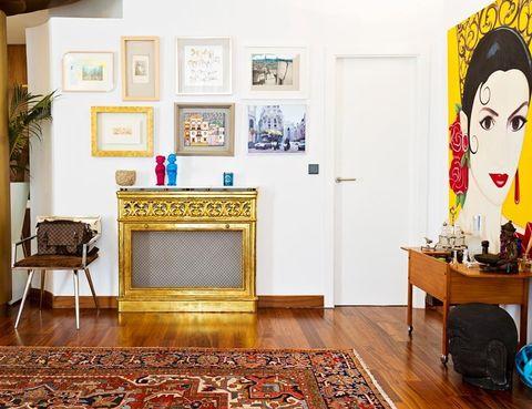 <p>La entrada de la casa recibe a los visitantes con una gran alfombra árabe, un cubrechimeneas dorado de herencia familiar y una silla de piel, de Hanbel.</p>
