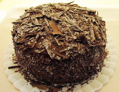 <p>En Chantilly Pâtisserie aseguran hacer realidad los sueños de los más golosos, ya que están especializados en la creación de tartas y dulces. Aunque su obra maestra es la 'Capuchina', para los amantes del chocolate tienen en sus vitrinas la mejor 'Selva negra' de la ciudad. Imposible resistirse a sus virutas de chocolate y a su tierno relleno.</p><p>Claudio Coello, 68 (Madrid).</p>