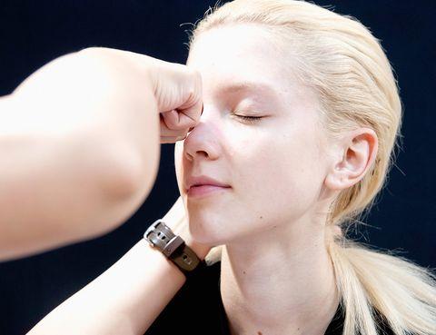 <p>Lo más probable es que te apliques tu hidratante facial todos los días pero ¿cómo lo haces? El método de aplicación es tan importante (o más) que el propio producto. Un masaje facial bien realizado te ayudará a favorecer el drenaje linfático y la circulación y destensará los músculos de la cara para evitar arrugas. Algunas firmas como Clarins poseen rituales de aplicación específicos para sus productos. Toma nota y síguelos de principio a fin.</p><p>&nbsp;</p>