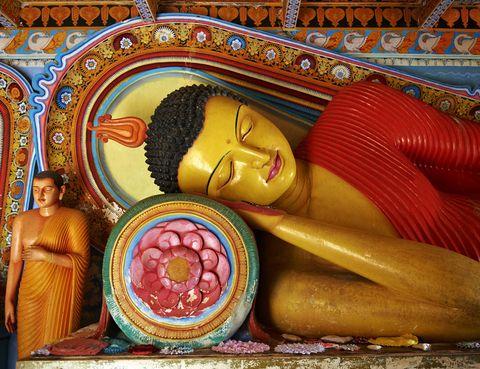 <p>La budista y la hindú son las religiones mayoritarias en esta isla del océano Índico, una increíble combinación de paisajes salvajes, playas cristalinas y una rica herencia cultural. El templo dorado de Dambulla alberga un buda gigante de más de 30 metros de alto, además de unas espectaculares cuevas reconocidas por la UNESCO que fueron excavadas y decoradas con frescos por los monjes budistas. Pero sin duda, la mejor razón para viajar hasta aquí son sus festivales religiosos: desde los días de luna llena, siempre fiesta nacional, hasta el nacimiento de Buda en mayo, pasando por la espectacular procesión de Perahera en la que elefantes y bailarines desfilan con todo un despliegue de luces y colores.</p>