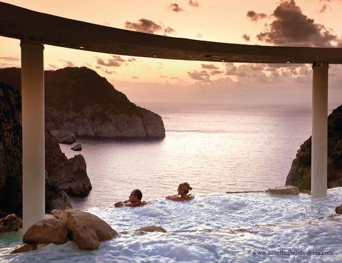 """<p>Imagínate dándote un masaje con agua, con vistas sobre el Mediterráneo. Las Cascadas Suspendidas del hotel <a href=""""http://%20www.hotelhacienda-ibiza.com"""" target=""""_blank"""">Hacienda Na Xamena,</a> al noroeste de la isla balear, resultan únicas: un spa al aire libre formado por saltos y lagunas de agua salada sobre un acantilado de casi 200 metros. Aparte de para los huéspedes, también están disponibles para visitantes (recorrido más aperitivo, por 52 euros). ¿Te lo vas&nbsp&#x3B;a&nbsp&#x3B;perder?</p>"""
