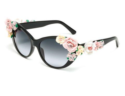 <p>¿No te parecen divertidas? Aporta un toque 'chic' a tu look con estas gafas de sol de <strong>Dolce &amp&#x3B; Gabbana</strong> con flores (385 €).</p>