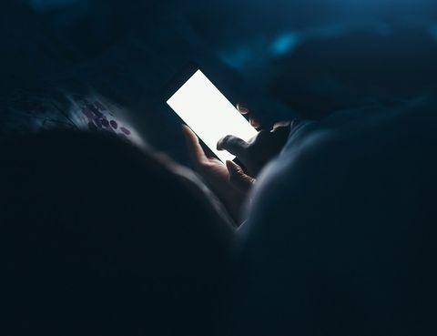 <p>Quizá no lo sepas, pero tu 'smartphone' puede ser el principal culpable de tu insomnio: &quot&#x3B;La exposición a la luz reduce la secrección de melatonina (hormona encargada de regular nuestro 'reloj biológico')&quot&#x3B;, afirma un artículo de la Universidad de Harvard. &quot&#x3B;Cualquier tipo de luz tiene este efecto, pero la azul (habitual en bombillas LED y pantallas) lo hace de manera más fuerte aún&quot&#x3B;, aseguran. Su recomendación: &quot&#x3B;Evita mirar pantallas iluminadas entre dos o tres horas antes de ir a acostarte&quot&#x3B;.</p>