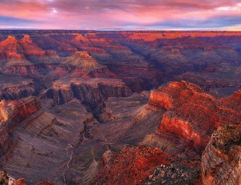 <p><strong>El Gran Cañón</strong> ofrece una de las puestas de sol más impresionantes del planeta. Tanto es así que ya hay reservadas varias zonas a lo largo del río Colorado para que los visitantes puedan disfrutar del atardecer. A medida que el sol se pone, las sombras van cubriendo el paisaje y llega un momento en que el cielo y la tierra están tan unidos que es casi imposible delimitar dónde acaba uno y empieza el otro.</p><p></p>