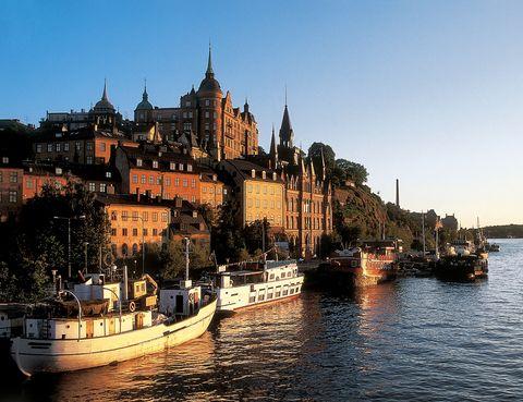 """<p>La capital sueca se divide en varias islas, entre las cuales destaca la de Sodermalm, todo un paraíso 'hipster'. Rebautizada como SoFo, en esta zona con aspecto de cuento se mezclan galerías, tiendas 'vintage', 'boutiques' de diseño nórdico... Descubre locales 'trendy' como <a href=""""http://www.urbandeli.org/hem/"""" target=""""_blank"""">Nytorget Urban Deli</a>, una tienda-restaurante gourmet de aspecto industrial, o <a href=""""http://www.grandpa.se/"""" target=""""_blank"""">Grandpa</a>, una 'boutique' de vanguardia para vestir como un auténtico moderno.</p>"""