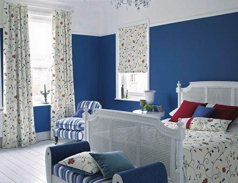 <p>El azul es un color que, adecuadamente utilizado, puede aportar fuerza o calma. Si prefieres una habitación con carácter pinta las paredes y combina tus cortinas y sábanas con motivos llamativos pero sencillos: flores o geometrías. </p>