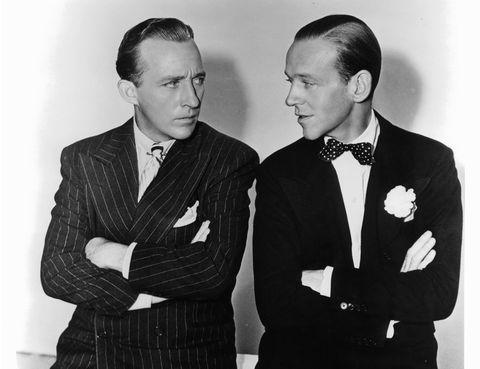"""<p>O 'Blanca navidad', como prefieras. El villancico anglosajón por excelencia es, en realidad, un tema de Oscar que claramente sobrevivió a su película, """"Holiday Inn"""" (1942), en la que se cuenta la historia de un empresario de una sala de baile que quiere contratar a la novia de un gángster. El filme iba a hacer historia por unir en la misma cinta a las superestrellas Bing Crosby y Fred Astaire, pero en realidad pasó a la fama por este (meloso) tema que en enero de 2012 se convirtió en el single más vendido de todos los tiempos, con 50 millones de copias. Una curiosidad: fue el tema escogido por los mandos americanos para avisar a las tropas, en 1975, de que la guerra de Vietnam había terminado.</p>"""