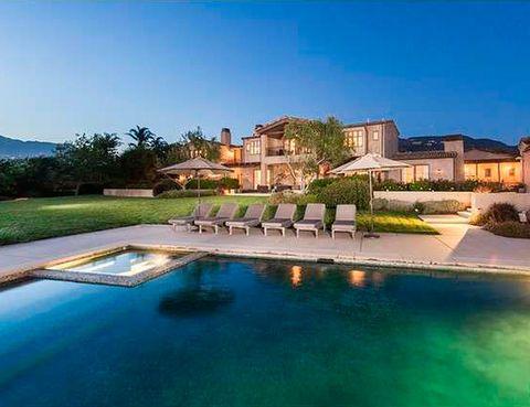 <p>La casa, diseñada por el arquitecto Steve Giannetti, tiene una enorme piscina de agua salada. Su anterior propietario era Dan Romanelli, fundador de la división internacional de productos de consumo de Warner Brothers.</p>
