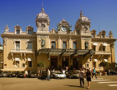 <p>Con Mónaco como lujoso escenario, este casino obra de Charles Garnier inspirado el estilo de la Belle Époque ha sido el escenario de numerosas películas y tiene la capacidad de albergar representaciones de ópera y ballet. Su imponente fachada es sólo una pincelada del glamour que alberga en su interior.</p>