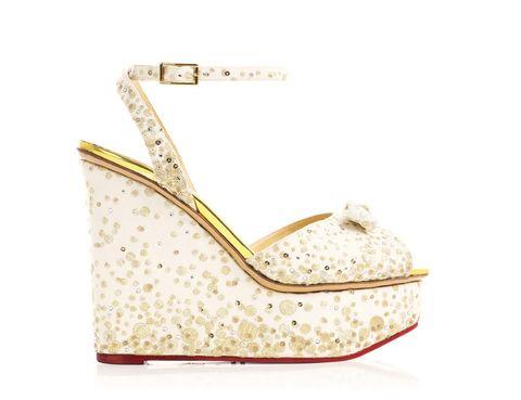 <p>Con bordados dorados que imitan a las burbujas y fondo blanco, las sandalias <strong>Miranda</strong> nos recuerdan que la noche es joven y que se puede bailar hasta el amanecer.</p>