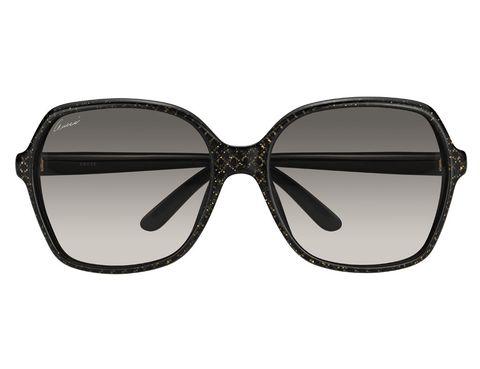 <p>También cuadradas son estas gafas en negro y dorado. Una combinación más que acertada.</p>