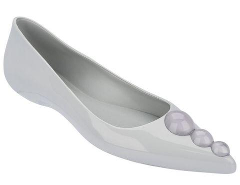 <p>Liso y sencillo, este es el zapato más minimalista de la colaboración de <strong>Melissa</strong> y <strong>Karl</strong> <strong>Lagerfeld</strong>. Basado en la clásica bailarina, tres pequeñas esferas adornan la parte frontal y su paleta de colores se inspira en los más metálicos como el plata u oro.</p>
