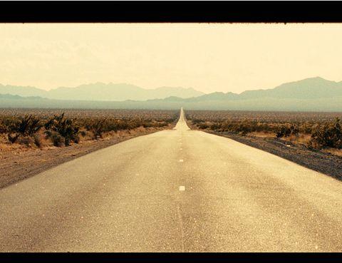 """<p>Sam Riley, Garrett Hedlund y Kristen Stewart visitan este mes la gran pantalla para recrear <strong>On the Road</strong> (en la imagen, fotograma de la pelicula), la famosa novela de Jack Kerouac, uno de los integrantes de la Generación Beat. Y para que no te quedes con ganas de vivir tu propia aventura sobre ruedas, Roser Goula, autora del blog <a href=""""http://www.sempreviaggiando.com/"""" target=""""_blank"""">sempreviaggiando.com</a>, te propone una ruta para dos por las costas de España disfrutando de los atardeceres.</p>"""