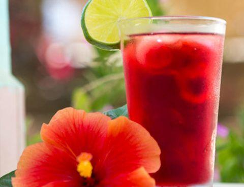 <p>No te preocupes porque el Hibiscus o Flor de Jamaica se consigue seca en casas de té o herbolarios. Antes de todo tendrás que hidratar las flores en un litro de agua durante una hora para luego preparar una infusión hirviendo el agua durante 15 minutos. Después de dejarla enfriar, mézclala con medio litro más de agua. Este flor tiene propiedades rejuvenecedoras, además de ser un apoyo en las dietas para bajar de peso.</p>
