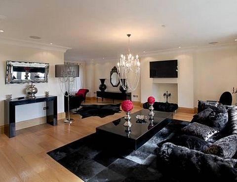 <p>El salón está decorado combinando el blanco, el negro y la madera.</p>