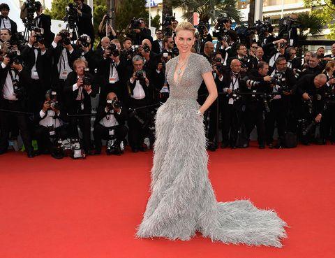 <p>Este <strong>Elie Saab Couture </strong>que Naomi Watts lució en el Festival de Cannes 2015 es, probablemente, uno de los más espectaculares de sus más de 70 años de historia. Con un cuerpo de lentejuelas y falda de plumas, este vestido, único en el mundo, requirió más de 300 horas de trabajo artesanal para ser elaborado.</p>