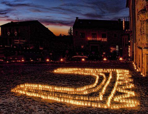 <p>En Segovia podemos encontrar este tesoro medieval. La ciudad amurallada respira un encanto especial y al recorrer sus calles empedradas podemos visitar su castillo, la Iglesia de San Juan, la Cárcel de la Villa o la Plaza Mayor. Una de sus mayores atracciones es la conocida como 'la noche de las velas'. Los dos primeros fines de semana de julio cuando cae el sol todo el pueblo queda iluminado únicamente por las luces de las velas encendidas por los vecinos de Pedraza. Todo ello amenizado con conciertos de música clásica, como el que tendrá lugar el próximo sábado 12 de julio a cargo de la Orquesta Clásica Santa Cecilia.</p>