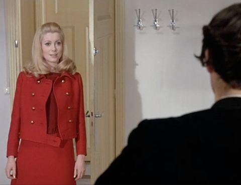 <p>Catherine Deneuve vistió durante toda la película maravillosos trajes de un jovencito Yves Saint Laurent, con el que establecería una estrecha relación de amistad. ¡Cómo olvidar este precioso vestido en dos tonos de rojo, a juego con una chaqueta Eisenhower de doble botonadura!</p>