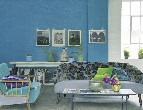 <p>De Designers Guild, en Usera Usera: sofá con tela <i>Mathura Kingfisher,</i> 224 €/m; butaca con tela <i>Mezzola Alta Azure,</i> 87 €/m, y papel pintado Seta Turquoise, 89 €/rollo.</p>