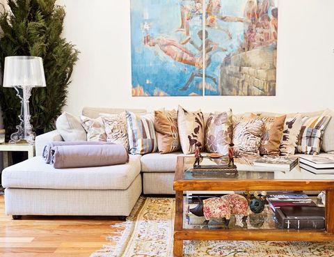 <p>Es la que domina el salón, donde se ha apostado por la comodidad. Sofá con chaise-longue, de KA International; cojines, de West Elm Miami; mesa de centro, de Becara, lámpara de sobremesa, de Kartell original, y cuadro sobre el sofá, del artista sevillano Antonio Ledesma.</p>