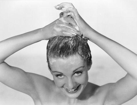 """<p>Para mantener una correcta limpieza debes lavarlo las veces que sea necesario, sobre todo después de la exposición al cloro o el salitre. """"Algunas personas tienen que lavarlo a diario, mientras que las que no sudan tanto, tienen menos grasa o un cabello más seco pueden hacerlo solo un par de veces a la semana"""", aclara la dermatóloga Cristina Serrano (Granada, tel. 958 27 64 94).</p><p>Y debes aclararlo muy bien, ya que los restos de lacas, geles o espumas durante la exposición solar pueden provocar reacciones químicas e irritaciones que acaban afectando al cuero cabelludo. Además, en esta época del año hay que tener especial cuidado con los productos que utilizamos. Ten en cuenta que el cabello contiene de un 10 a un 15% de agua y buena parte de ésta se evapora con la llegada del calor. """"Hay que evitar aquellos que contienen un alto nivel de detergente. Lo ideal sería optar por champú y acondicionadores hidratantes, con ingredientes naturales"""", recomienda la dermatóloga. Y hay que utilizar el acondicionador después de cada lavado. """"Mientras que el uso de mascarilla debería estar reservado a un par de veces por semana durante el verano"""", según la experta. </p>"""
