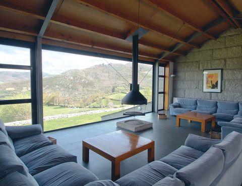 """<p>La serranía de Los Ancares es el lugar perfecto para los que añoran la naturaleza pura. Te gustará este <a href=""""http://hotelpiornedo.com"""" target=""""_blank"""">hotelito</a> familiar, rodeado de los picos Cuiña, Mustallar y Penalonga, alejado del bullicio y con excelentes precios (desde 35 euros).&nbsp&#x3B;</p><p>El edificio es un ejemplo de buen hacer, sobre todo su espectacular salón con vistas panorámicas. Los propietarios te ayudarán a planear tus rutas senderistas o fotográficas y te señalarán los mejores lugares para practicar la pesca.</p><p>Piornedo, Ancares (Lugo). Tél. 982 16 15 87.</p>"""