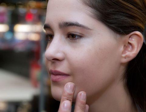 <p>El primer paso es la <strong>hidratación</strong>. El maquillaje se funde mucho más con la piel si ésta está <strong>nutrida y suave</strong>. Para ello me extendieron una crema de textura ligera.</p><p>D&amp&#x3B;G recomienda en pieles que no necesitan mucha <strong>base</strong>, que se aplique <strong>con los dedos</strong> en las zonas donde sea realmente necesaria, casi como un corrector específico.</p><p>A mí me lo aplicaron en las rojeces de la nariz mayoritariamente. El <strong>calor de las yemas</strong> lo funde mejor que un pincel o esponja.</p>
