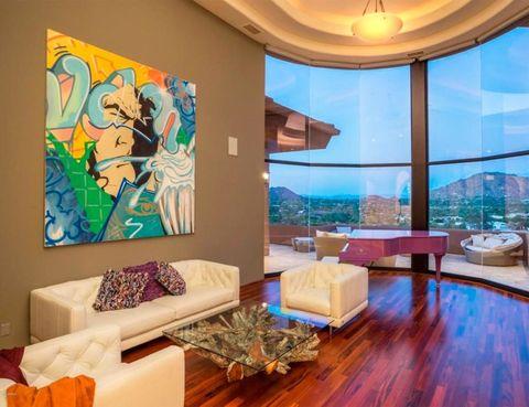<p>De cola y en color morado, es un básico para la artista. En el estar destaca también una obra de estilo grafitero.</p>