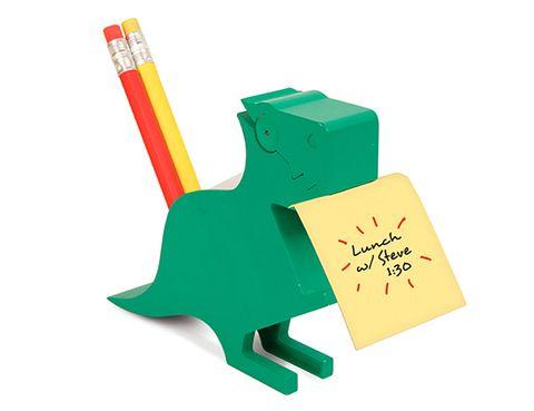 """<p>Puestos a tener alguien que te recuerde lo que tienes que hacer cada día, ¿por qué no un dinosaurio? Este además tiene compartimentos para los bolis, lápices y los clips. En el precio (10 € aprox) se incluye un paquete de notas blancas. De <a href=""""http://www.kikkerland.com/products/dino-memo-holder/"""" target=""""_blank"""">Kikkerland.</a></p>"""