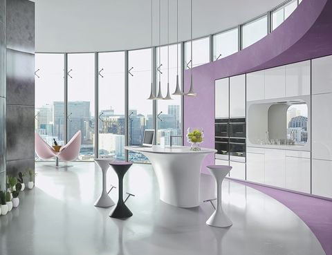 <p>El volumen redondeado de la isla central invita a sentarse en torno a ella. Es la cocina <i>Karan</i>, diseñada por Karim Rashid para Rastelli.&nbsp;</p>