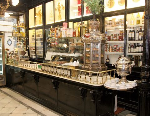 """<p>Las puertas de esta tienda-restorán llevan abiertas en la Carrera de San Jerónimo desde 1839, gracias al saber hacer y a la dedicación constante se ha convertido en todo un emblema en la ciudad de Madrid. Si hay algo que triunfa en este centenario, tanto en carta como para llevar, es su consomé, una tradición en <a href=""""http://lhardy.com/"""" target=""""_blank""""><strong>Lhardy</strong></a> que traspasa fronteras.&nbsp;</p><p>Carrera de San Jerónimo, 8</p>"""