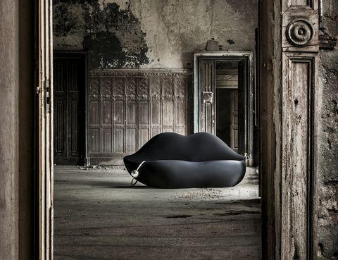 """<p><i>Bocca Dark Lady</i>, el icónico sofá de Dalí, 1935, reinterpretado por Studio 65 y editado por Gufram, es la estrella de este neogótico doméstico.<a href=""""/edicion/gallery/726901/(offset)/%20gufram.com"""" target=""""_blank""""> gufram.com</a></p>"""