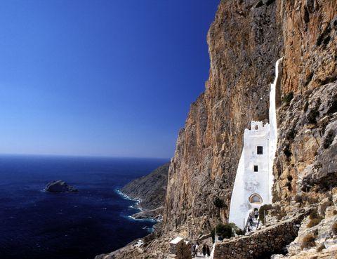 <p>Esta isla griega del mar Egeo, es la más oriental del grupo de las Cícladas. El tiempo se detiene en esta parte del mundo para dejar paso al relax y al disfrute del mar en playas como Agia Anna o Aegiali, ésta última es la más grande. Su capital, Chora, está repleta de encanto pero sin duda una de las mayores atracciones de la isla es el Monasterio del acantilado Panagia Hozoviotissa (en la foto). Se encuentra literlamente colgando a 300 metros del nivel del mar.</p>
