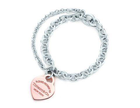 <p>Pulsera con cadena doble y chapa con forma de corazón (620 €).</p>