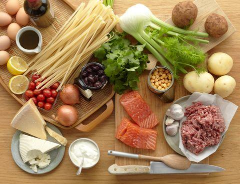 <p>Tienes un número de intercambios de alimentos y de ejercicio para gastar a lo largo del día. Técnicamente un intercambio equivale a 10 gr de nutriente –que no es lo mismo que los gramos-. Es decir, una tostada de pan de molde pequeña son 20 gr, pero en realidad contiene 10 gr de hidrato de carbono y, por eso, equivale solo a 1 intercambio. Hay seis tipos de alimentos en la dieta: hidratos de carbono, verduras, frutas, lácteos, proteínas y grasas. Y el médico establece cuántos intercambios debes comer de cada tipo, según tus necesidades físicas, psicológicas y sociales, pudiendo elegir el alimento según tus gustos. </p>