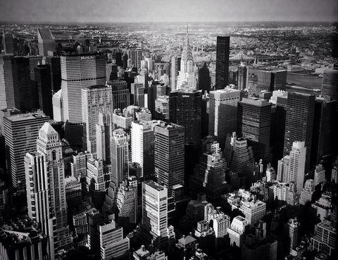 <p>La versión de <strong>Frank Sinatra</strong> para Nueva York es un clásico. &quot;Quiero despertar en la ciudad que nunca duerme y ser el rey de la colina, en la cima del éxito. Mis tristezas de pueblo pequeño se esfuman...&quot;, dice la canción.</p><p>El tema original lo interpretó <strong>Liza Minelli</strong> para una película en 1977 pero fue genialidad de Sinatra convertirlo en un 'hit' que duraría intacto hasta la posteridad. <i>New York, New York</i>&nbsp;es el encargado de abrir el telón para este viaje por las BSO de 10 ciudades.</p>