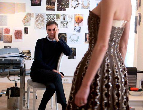 <p> &nbsp;Tras la marcha de Galliano, se creó un punto de inflexión en Dior y puso a Raf Simons en el punto de mira. Hay opiniones de todos los gustos sobre este cambio, pero el esfuerzo de Simons por sacar una colección adelante es indiscutible. El documental 'Dior and I' nos muestra el trabajo de Raf y su equipo en las oficinas de Paris creando una colección a contrarreloj en solo 8 meses. Su nulo dominio del francés no supone una barrera y frente al clasicismo del pasado, Simons apuesta por el futuro. Esta cinta no habla de las celebridades que estuvieron al frente de la marca Dior, sino de las proyecciones de futuro...<br />2014 - Dior and I</p>