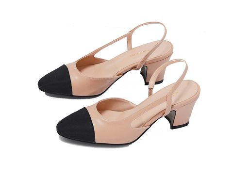 "<p>Otra de las versiones de este modelo de calzado es de <a href=""http://theloeil.com/collections/shoes/products/two-tone-slingback-low-heels"" target=""_blank"">The Loleil </a>(59,68 €).</p>"