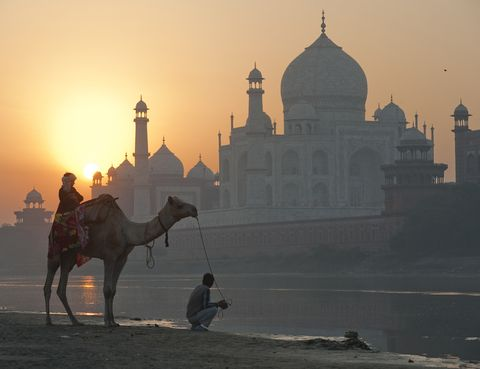 <p>Su magia propia, su historia de amor y el ambiente que le rodea ya hacen del Taj Mahal un lugar digno de visitar. Nuestro consejo es que lo hagas cuando se vaya a poner el sol y un tono dorado cubra todo el monumento. No lo olvidarás.</p>