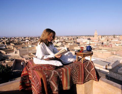 """<p>Conoce Marrakech de la mano de la empresa especializada en el diseño de viajes a medida <a href=""""http://www.nuba.net/"""" target=""""_blank"""">Nuba</a>. Un viaje que comienza descubriendo con un guía esta fascinante ciudad y termina en el desierto de Agafay con la oportunidad de dormir bajo la luz de las estrellas en un campamento. Además podras disfrutar de una ruta en todoterreno hasta el monte Toubkal, el pico más alto de Marruecos y de toda África del Norte, con las cumbres nevadas del Atlas como telón de fondo. Un paseo en buggies por los alrededores del lago Takerkoust, una noche en jaimas ubicadas en mitad del desierto de Agafay o atreverte con una tirolina serán otra de las muchas actividades que tienen programadas.</p>"""