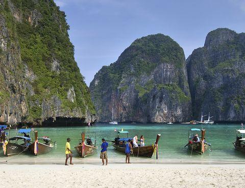 <p>Antes de que llegue la estación de lluvias y los consecuentes monzones, Tailandia es un destino muy atractivo si dispones de unos cuantos días para irte de vacaciones en Semana de Santa. Sus cientos de islas con playas de aguas turquesas son todo un reclamo para los que busquen relajarse pero también para los que quieran practicar actividades acuáticas como el submarinismo. Para un plan más urbano su capital, Bangkok, es todo un trajín de ruido, luces y sonidos en medio de rascacielos, mercados, palacios y templos. Aprovecha que este año la Semana Santa cae en abril para asistir a su Festival Songkran, en el que se celebra el año nuevo según la tradición Tai y del que es seguro que saldrás empapado porque la gente se echa a las calles para lanzarse agua.</p>