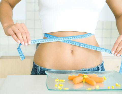 <p><strong>Falso</strong>. Es cierto que antes producían retención de líquidos a algunas mujeres, cuyo peso fluctuaba dos kilos arriba o abajo, aunque disminuía los siete días de descanso. Pero, en la actualidad, las píldoras han mejorado mucho su composición, han reducido las dosis de estrógenos y gestágenos –hormonas que contienen- y han solucionado este problema.</p><p></p>
